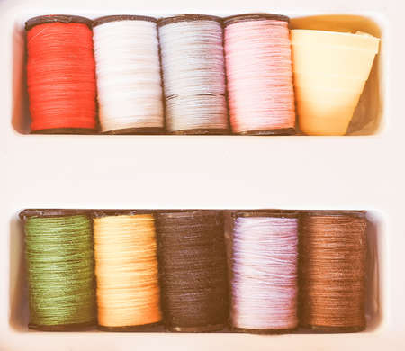 kit de costura: Travel sewing kit including thread spools of many different colours and thimble vintage Foto de archivo