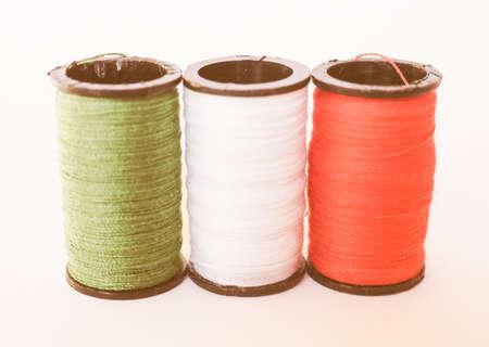 kit de costura: kit de costura incluyendo carretes de hilo de tres colores diferentes en la forma de la bandera italiana de la vendimia