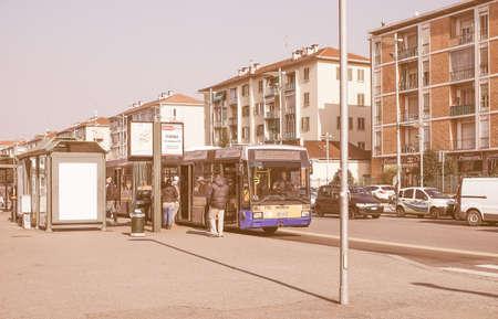 TORINO, ITALIA - 19 febbraio, 2015: Pendolari alla fermata di un bus a Lingotto fiera epoca