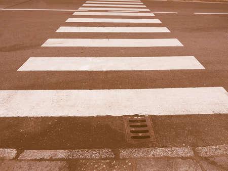 cruce de caminos: Muestra del paso de cebra peatonal en el cruce de la vendimia