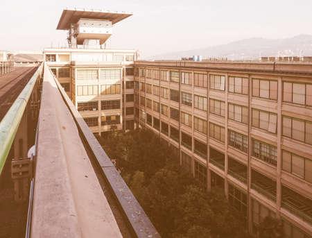 TORINO, ITALIA - 16 DICEMBRE 2015: la fabbrica di automobili di Fiat Lingotto progettata da Trucco nel 1916 ora un centro espositivo era la più grande fabbrica di automobili al momento della costruzione vintage Editoriali