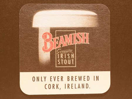 cerveza negra: Dublín, Irlanda - 11 diciembre 2014: Beermat de cerveza negra irlandesa de la vendimia de la cerveza Beamish