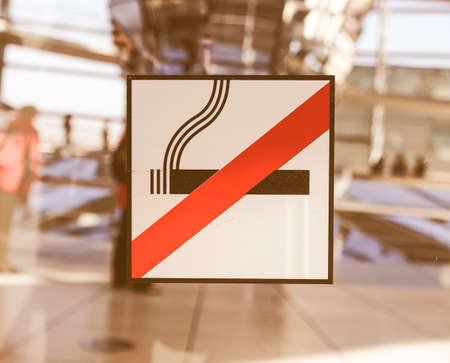 prohibido fumar: Un tráfico o un signo de la vendimia emplazamiento de la obra