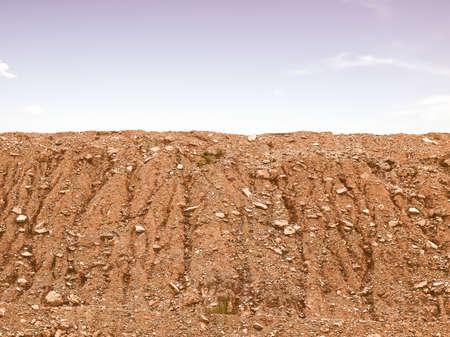 desierto: Tapa de la monta�a en busca de la vendimia con el cielo azul con nubes Foto de archivo