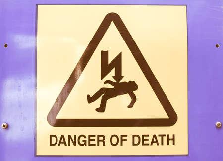 descarga electrica: Se�al de peligro de muerte por electrocuci�n despu�s de una descarga el�ctrica de la vendimia