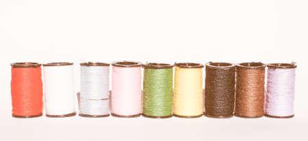 kit de costura: kit de costura de viaje, incluye carretes de hilo de muchos colores diferentes de la vendimia Foto de archivo