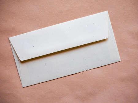 sobres para carta: sobres de carta para el franqueo electrónico sobre fondo de papel de color naranja