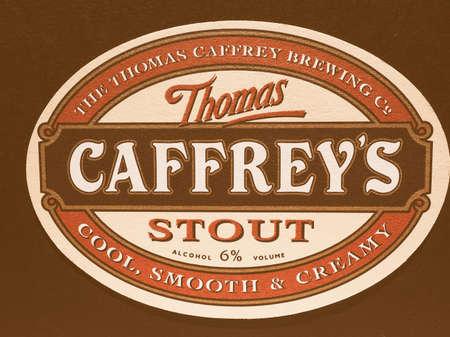 stout: LONDRES, Reino Unido - 11 diciembre 2014: Beermat de cerveza británica Caffrey Stout vendimia Editorial