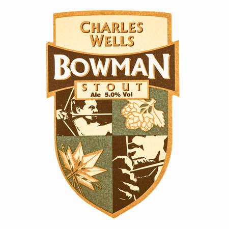 cerveza negra: LONDRES, Reino Unido - MARZO 15 de, 2015: Beermat de cerveza brit�nico Charles Wells Bowman Stout aislados sobre el fondo blanco de la vendimia
