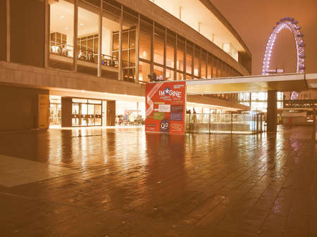 banco mundial: LONDRES, INGLATERRA, Reino Unido - 11 de febrero, 2013: Vista nocturna de la Royal Festival Hall, parte de la South Bank Centre, m�sica de clase mundial lugar de la vendimia