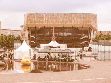 LEIPZIG, DUITSLAND - 12 juni 2014: De Neues Gewandhaus nieuwe concertzaal in Augustusplatz huis van het Leipzig Gewandhaus Orkest werd ontworpen door architect Rudolph Skoda in 1977 vintage