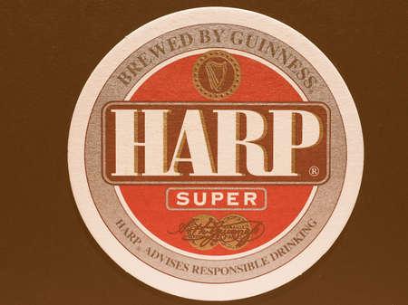 the harp: Dublín, Irlanda - 11 diciembre 2014: Beermat de cerveza irlandesa de la vendimia Arpa