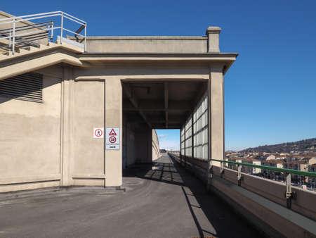 TORINO, ITALIA - CIRCA MARZO 2016: Il centro Lingotto progettato da Matte Trucco nel 1919 come fabbrica di automobili Fiat è ora un centro conferenze e business restaurato da Renzo Piano