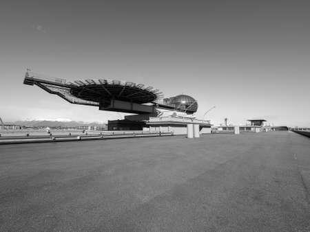 TORINO, ITALIA - CIRCA marzo 2016: Tetto sala riunioni conosciuto come La Bolla che significa la bolla e eliporto al centro congressi Lingotto progettato da Renzo Piano nella ex fabbrica di automobili della Fiat in bianco e nero