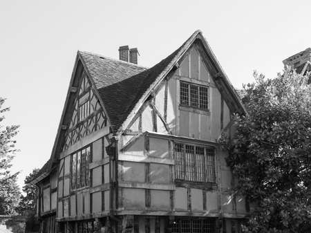 stratford upon avon: STRATFORD UPON AVON, UK - SEPTEMBER 26, 2015: Halls Croft is the house of Shakespeare sister in black and white