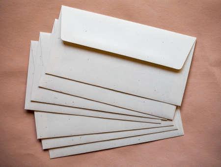 letter envelopes: sobres de carta para el franqueo electr�nico sobre fondo de papel de color naranja