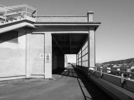 TORINO, ITALIA - CIRCA marzo 2016: Il centro Lingotto progettato da Mattè Trucco nel 1919 come fabbrica di automobili Fiat è ora un centro congressi e affari restaurato da Renzo Piano in bianco e nero