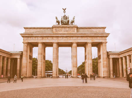 brandenburger tor: BERLIN, GERMANY - MAY 11, 2014: Tourists visiting the Brandenburger Tor (Brandenburg Gate) linking East and West Berlin vintage
