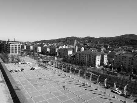 TORINO, ITALIA - CIRCA marzo 2016: Il centro Lingotto progettato da Mattè Trucco nel 1919 come fabbrica di automobili Fiat è ora un centro congressi e affari restaurato da Renzo Piano in bianco e nero Editoriali