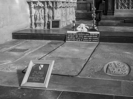 william shakespeare: STRATFORD UPON AVON, UK - SEPTEMBER 26, 2015: Grave of William Shakespeare in Holy Trinity Church in black and white Editorial