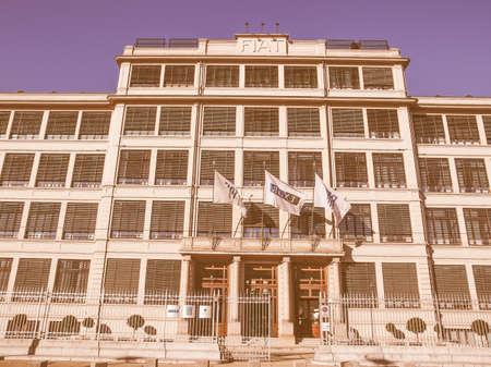 TORINO, ITALIA - 24 gennaio 2014: La fabbrica di automobili della Fiat Lingotto progettato da Trucco nel 1916 è stata la più grande fabbrica di auto al momento e ospita ancora il centro direzionale di Fiat e di un complesso espositivo d'epoca Editoriali