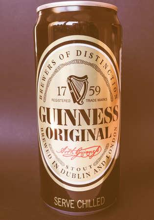 cerveza negra: Dubl�n, Irlanda - 6 de enero de 2015: Lata de cerveza negra Guinness de la vendimia de la cerveza