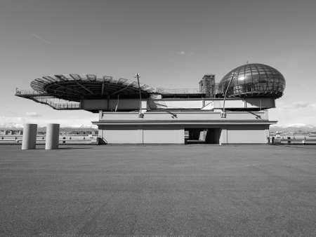 TORINO, ITALIA - CIRCA marzo 2016: Tetto sala riunioni conosciuto come La Bolla che significa la bolla e eliporto al centro congressi Lingotto progettato da Renzo Piano nella ex fabbrica di automobili della Fiat in bianco e nero Editoriali