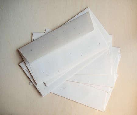 letter envelopes: sobres de carta para el franqueo electr�nico en mesa de madera Foto de archivo