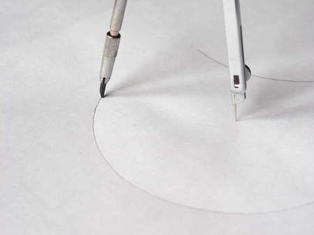 dibujo tecnico: Br�jula instrumento de dibujo t�cnico que se utiliza para inscribir c�rculos o arcos en el papel - enfoque selectivo en el l�piz Foto de archivo