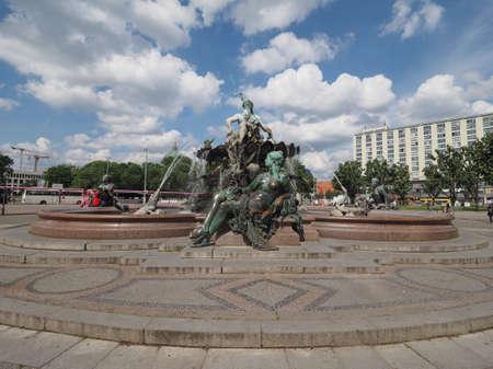 neptuno: BERLIN, ALEMANIA - alrededor de junio de 2016: significado Neptunbrunnen fuente de Neptuno en Alexanderplatz Editorial