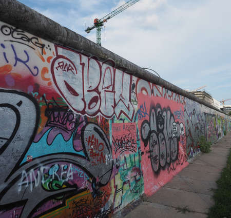 mauer: BERLIN, GERMANY - CIRCA JUNE 2016: East side gallery international memorial for freedom is a section of the Berlin Wall with graffiti street art in Friedrichshain Kreuzberg
