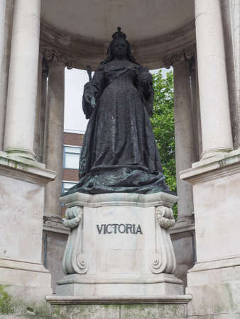 queen victoria: LIVERPOOL, UK - CIRCA JUNE 2016: Queen Victoria statue Editorial