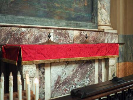 Turín, Italia - alrededor de junio de 2016: fuente bautismal en San Donato Inmaculada Concepción (que significa Inmaculada Concepción) iglesia Editorial