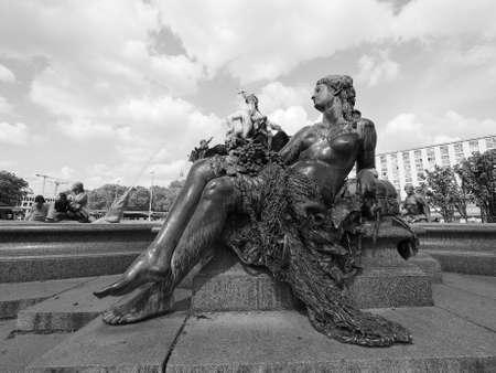 neptuno: BERLIN, ALEMANIA - alrededor de junio de 2016: Neptunbrunnen significado fuente de Neptuno en Alexanderplatz, en blanco y negro