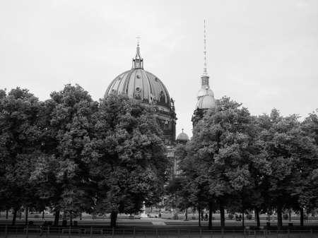 dom: BERLIN, ALLEMAGNE - CIRCA juin 2016: Berliner Dom signifie Cathédrale de Berlin église en noir et blanc
