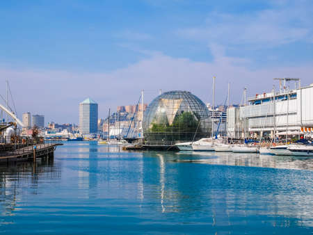 Genua, Italien - 16. März 2014: Seit dem Bau des neuen Hafens für Handelsschiffe, der alte Hafen Porto Vecchio genannt ist noch im Einsatz für Kreuzfahrtschiffe und kleine Boote (HDR)