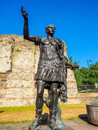 Alto rango dinámico HDR estatua antigua romana del emperador Trajano en Londres, Reino Unido