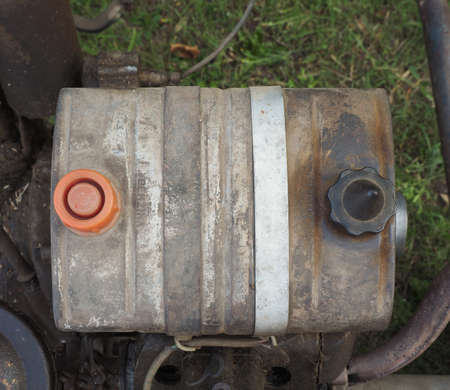 tanque de combustible: Detail of fuel tank of vintage lawn mower machine