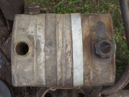 tanque de combustible: Detalle del depósito de combustible de la máquina cortadora de césped de la vendimia