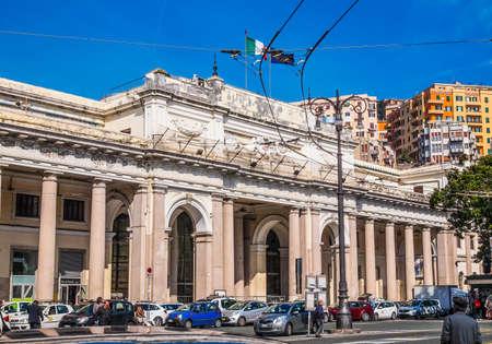 principe: Génova, Italia - 16 de marzo de 2014: vehículos pesados ??y el tráfico peatonal en frente de la estación principal de tren de Piazza Principe (HDR)