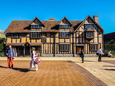 stratford upon avon: STRATFORD UPON AVON, UK - SEPTEMBER 26, 2015: Tourists in front of William Shakespeare birthplace (HDR)