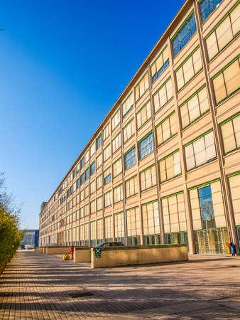 TORINO, ITALIA - 24 gennaio 2014: La fabbrica di automobili della Fiat Lingotto progettato da Trucco nel 1916 è stata la più grande fabbrica di auto al momento e ospita ancora il centro direzionale di Fiat e di un complesso espositivo (HDR) Editoriali