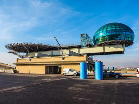 TORINO, ITALIA - 16 dicembre 2015: Tetto sala riunioni conosciuto come La Bolla che significa la bolla e eliporto al centro congressi Lingotto progettato da Renzo Piano nella ex fabbrica di automobili della Fiat (HDR) Editoriali