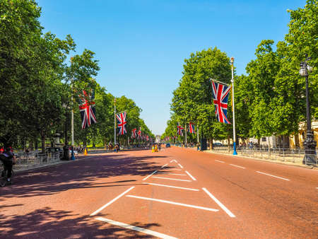buckingham palace: LONDON, UK - JUNE 11, 2015: The Mall links Trafalgar Square to Buckingham Palace (HDR) Editorial