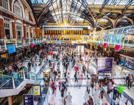 LONDON, Großbritannien - 28. September 2015: Reisende in der Liverpool Street Station Mehrfachbelichtung Zeitraffer (HDR)