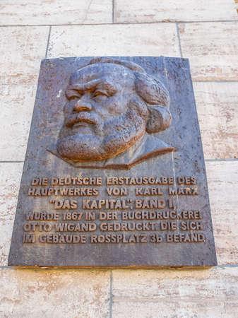 LEIPZIG, DEUTSCHLAND - 12. Juni 2014: Gedenktafel für den Druck der ersten Ausgabe von Karl Marx Das Kapital Hauptstadt im Jahr 1867 in Leipzig (HDR)
