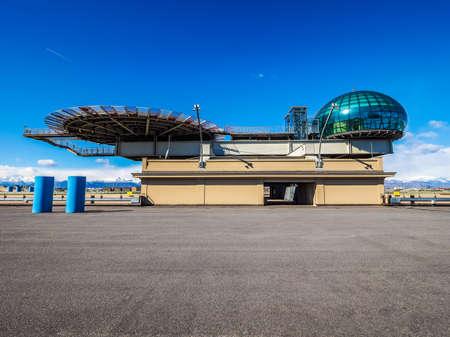TORINO, ITALIA - CIRCA marzo 2016: Tetto sala riunioni conosciuto come La Bolla che significa la bolla e eliporto al centro congressi Lingotto progettato da Renzo Piano nella ex fabbrica di automobili della Fiat (HDR) Editoriali