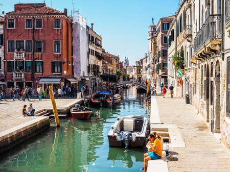 VENEZIA, ITALIA - CIRCA settembre 2016: HDR turisti di visitare la città di Venezia
