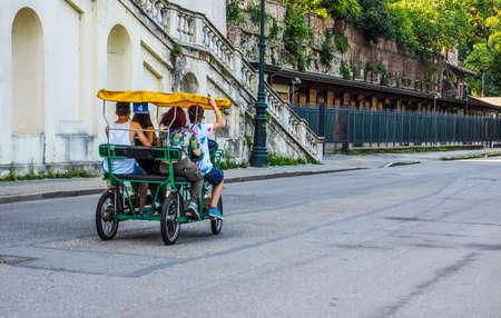 rikscha: TURIN, Italien - 11. Juli 2015: Touristen auf einer Rikscha im Parco del Valentino Park (HDR)