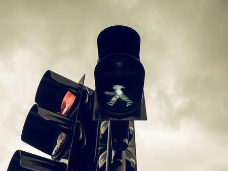 semaforo peatonal: Señal de tráfico en busca de la vendimia, significado de la luz verde ir si el camino está despejado